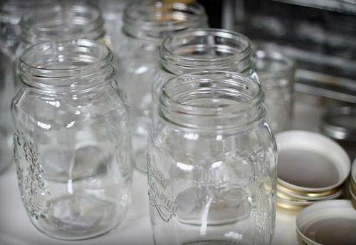 Чистые стеклянные банки для стерилизации