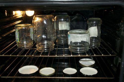 Пустые банки в духовке
