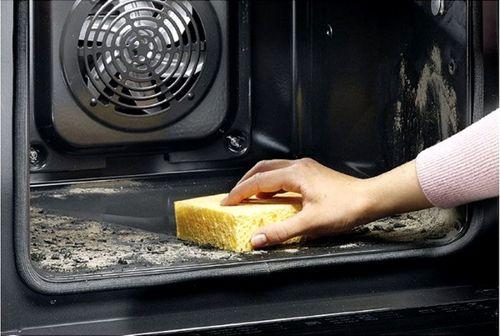 Очистка нижней полки духовки