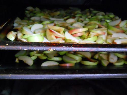 Свежие нарезанные яблоки в духовом шкафу