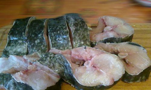 Нарезанные куски рыбы
